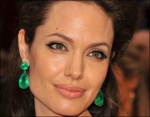 blog_angelina_jolie_emerald_earrings_oscars